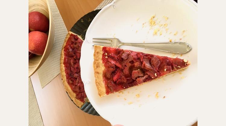 Kus rebarborového koláča s jahodami