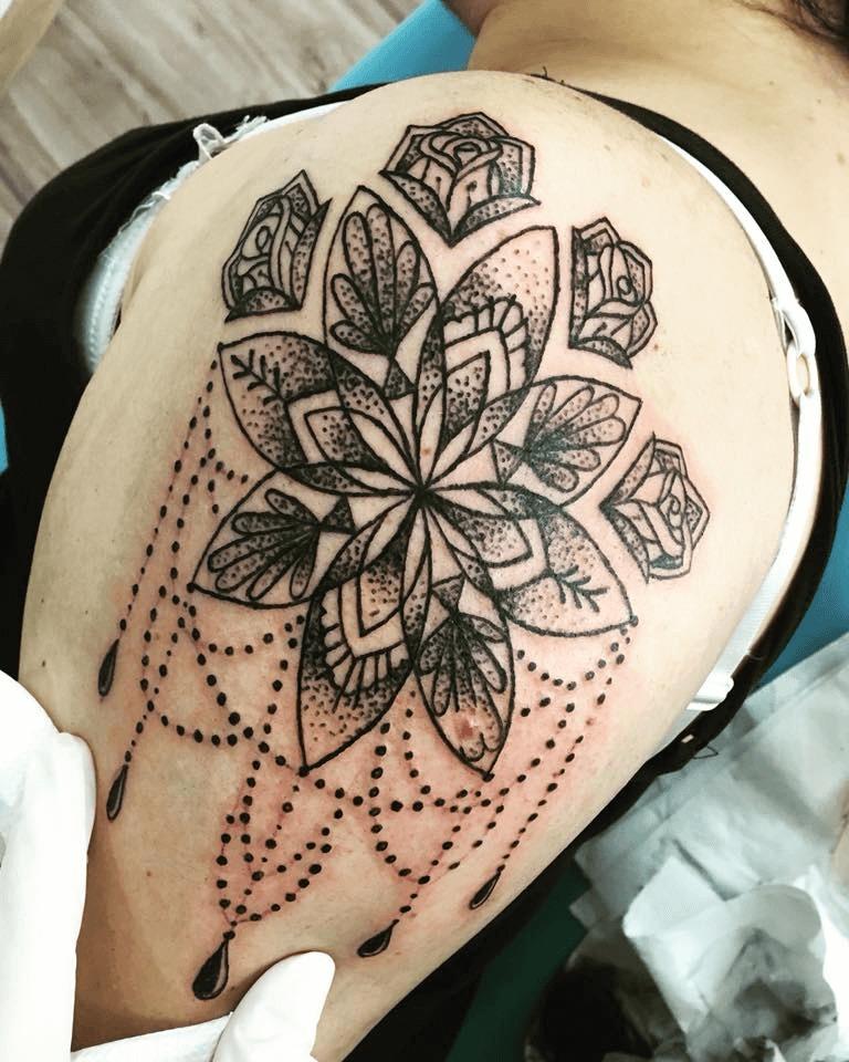ženské tetovanie na rameno