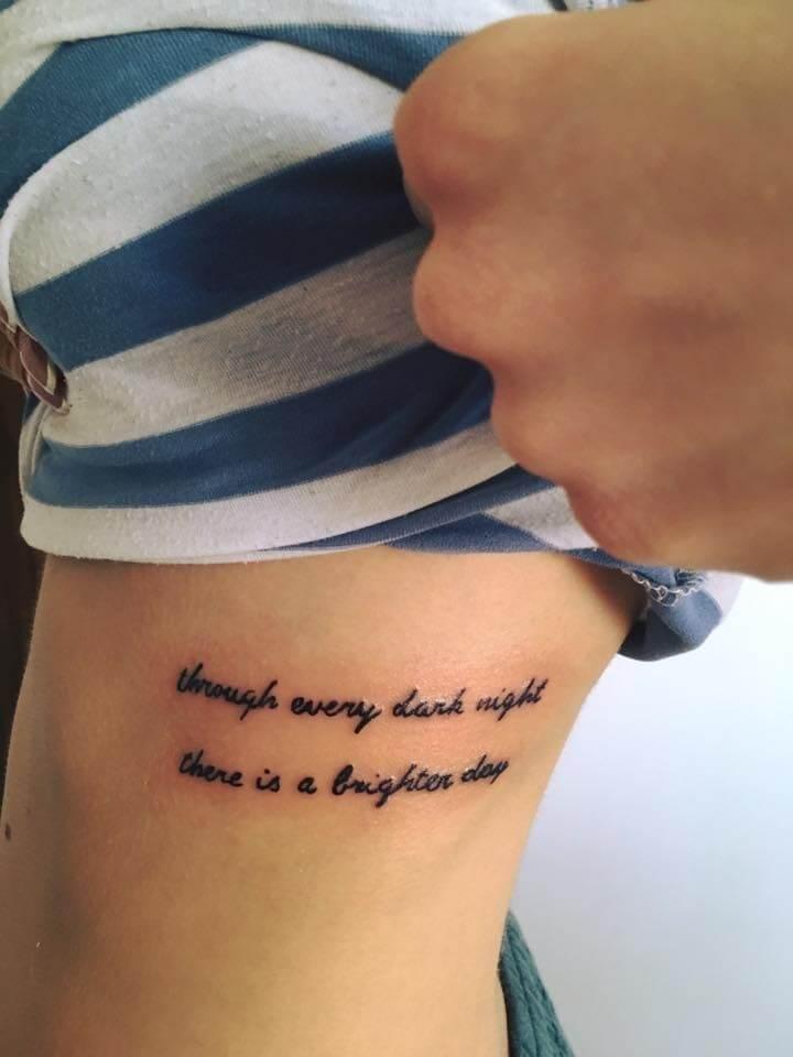 tetovanie rebro nápis