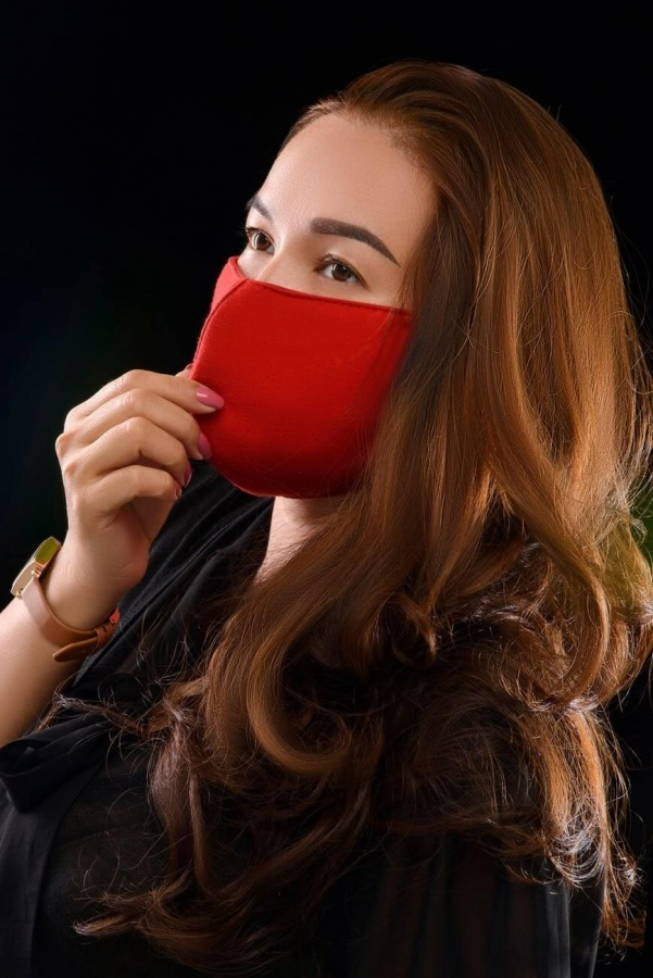 Farebné červené rúško