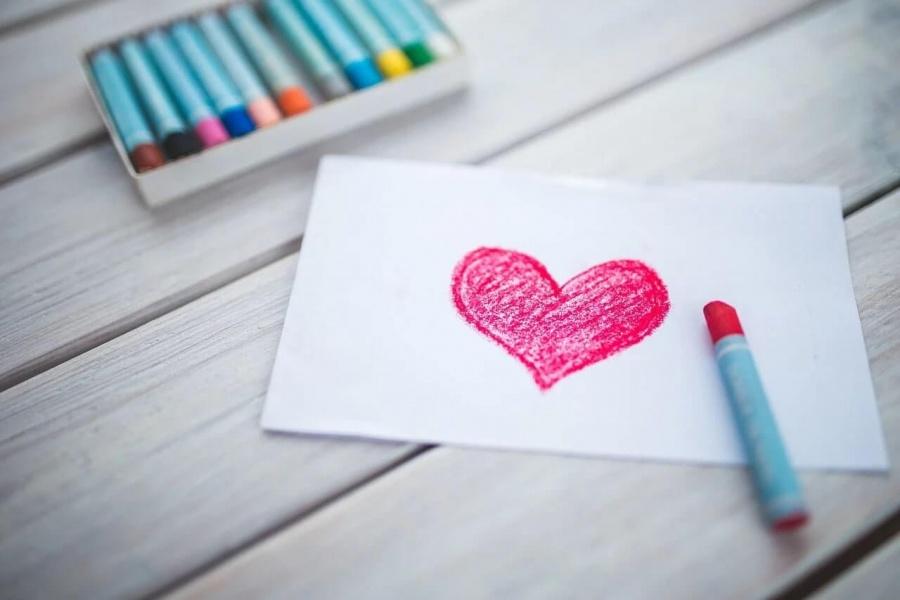 nakreslené srdce na papier pomocou pastelky