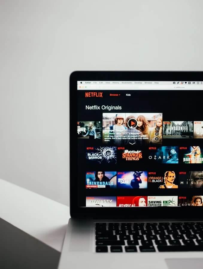 Sledovanie Netflixu na notebooku