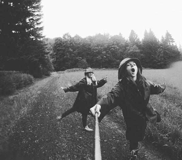 Dve dievšatá zabávajúce v lese
