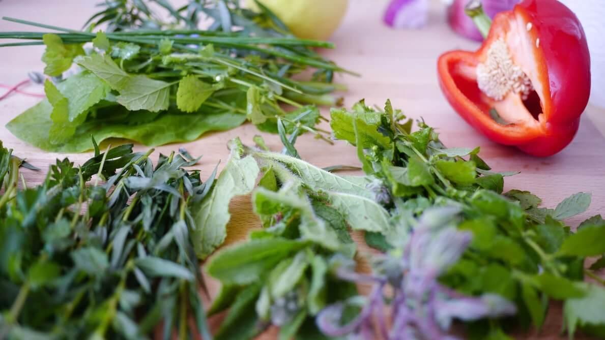 rôz ny druhy byliniek pripravené na spracovanie v kuchyni