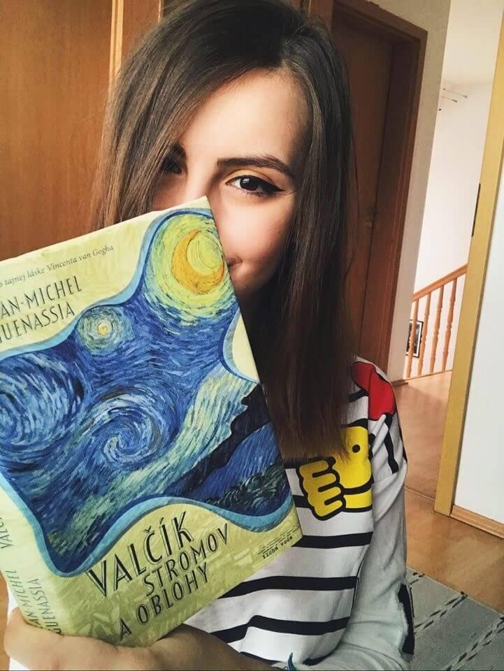 ja s otvorenou knihou valčík stromov a oblohy