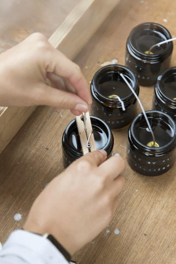 prichytenie knôtu sviečky o okraj nádoby