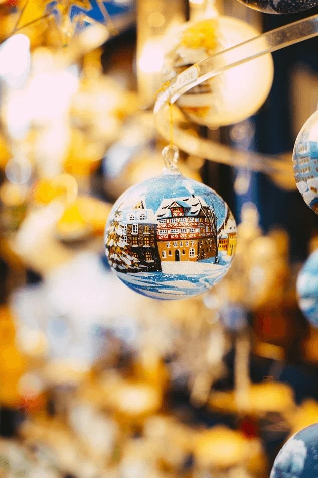 Vianočná guľa s namaľovanou krajinkou