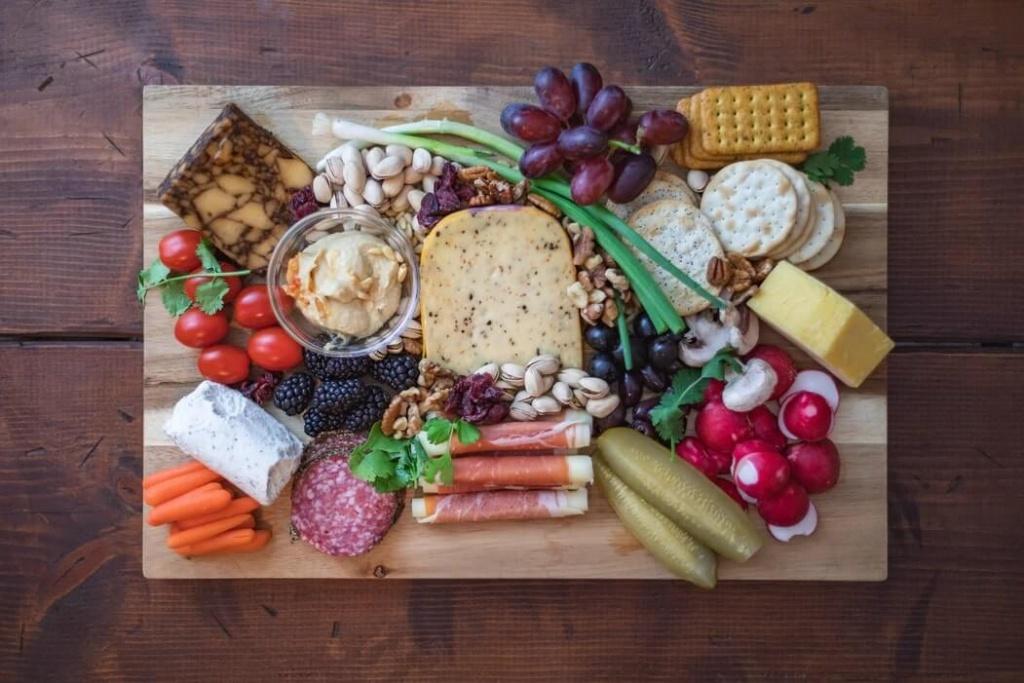 studená obložená misa s čerstvou zeleninou a syrom