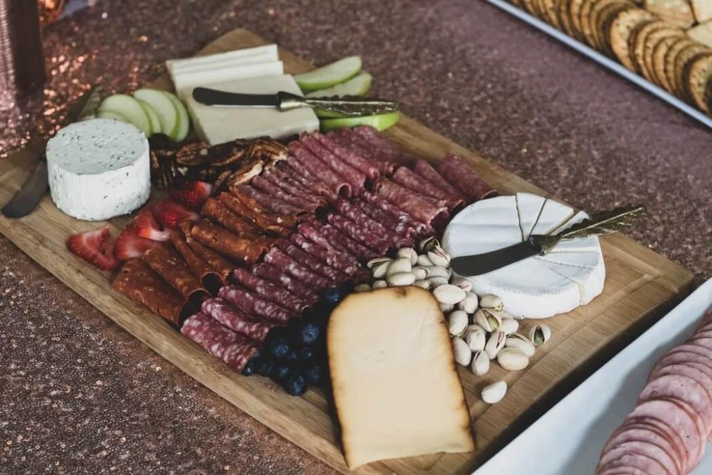studená misa so syrom a orechmi