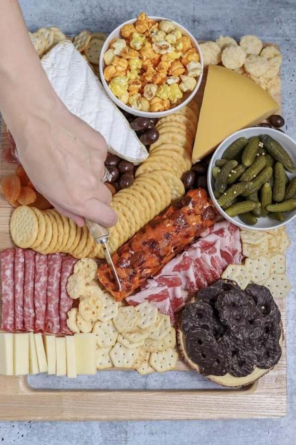 slaná misa so šunkou a syrom