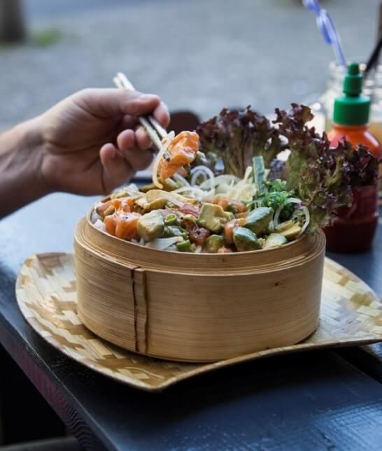 Hotové jedlo podávané v bambusovom hrnci